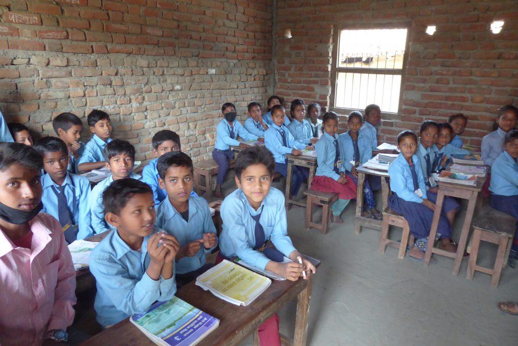 Die Kinder mit den neuen Schulmöbeln