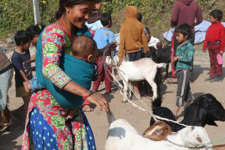 Große Freude bei der Übergabe der Ziegen
